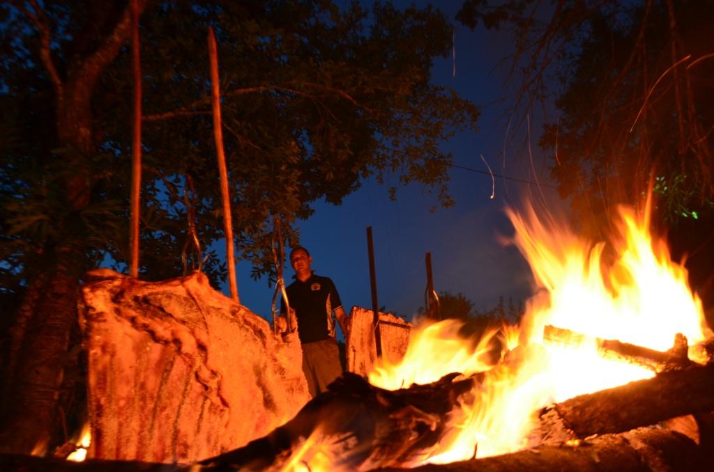 Assando as costelas no fogo de chão
