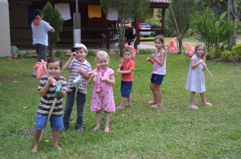 Crianças recebendo as lembranças: cavalinho com trouxinha!