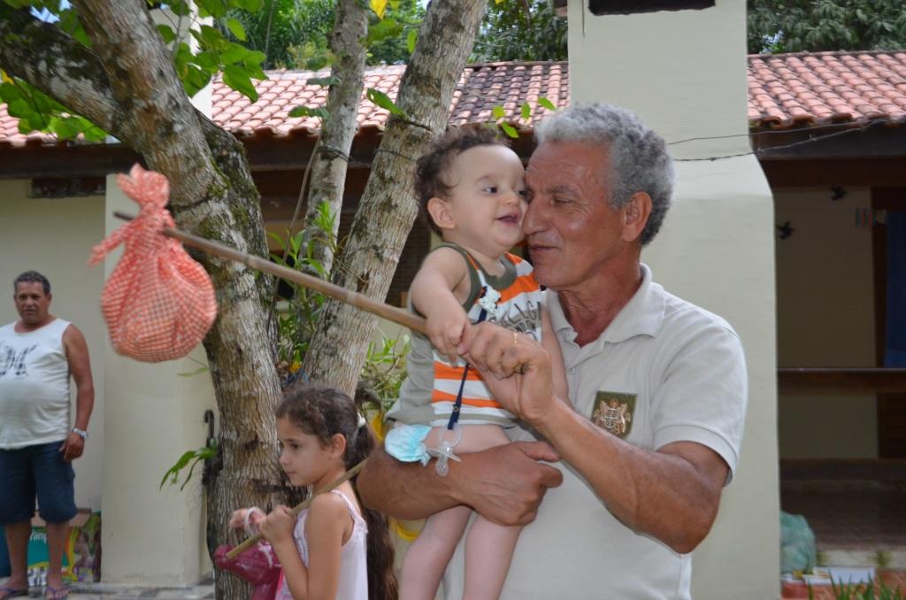 João Marcos com sua trouxinha e o Vovô Pedro